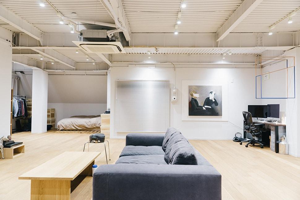 光本さんのご自宅は、広大なワンルーム。まるでギャラリーのような、ミニマルな空間です。